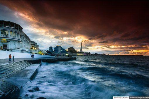 Закат в Севастополе. Настолько потрясающий, что аж море разволновалось.