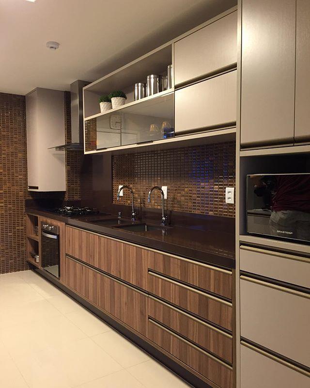 Cozinha de Apartamento | Claudiny Cavalcanti  #projetoclaudinycavalcanti #criarenatal #pastilhasatlas #companhiadomarmore #cozinha #kitchens #decoração #decoration #interiors #interiores #homedecoration #homedecor #homedesign #arquitetura #ambientação