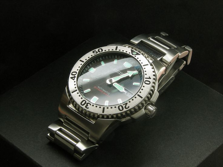 """Popularly known as the """"Black Knight"""", the SKXA49K was also available with a silvery white model, the SKXA47K or the """"White Knight"""". Besides automatic, Seiko also released limited quantities of Kinetic and quartz powered versions. This and the quartz and Kinetic Knights are discontinued models.  Photographed with my former Canon PowerShot S2 IS with a polarizer filter. Due to the curved watch crystal, I could not totally eliminate the reflection of the table lamp on the gl..."""