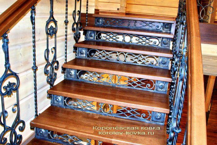 Кованые подступенки на лестнице с перилами П-544