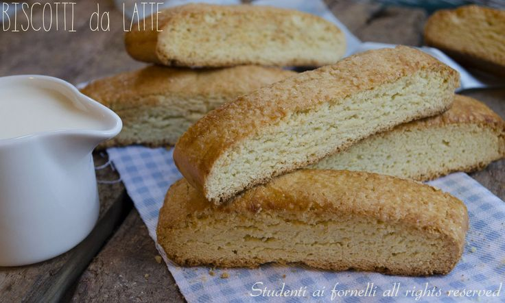 I biscotti da latte sono dei golosi biscotti perfetti per l'inzuppo nel latte a colazione, fragranti come quelli del panificio. Ricetta biscotti da latte.