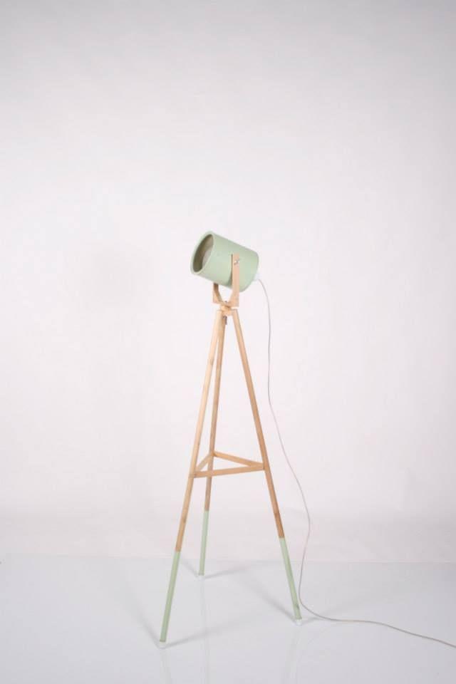 Lámpara foco de pie, con patas en madera y foco reciclado y pintado en color pastel... www.lapetitemaisonlaboratoridart.com para más información lapetitemaisonlabart@gmail.com