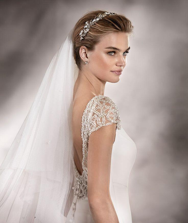 ANA - Brautkleid mit ausgestelltem Rock sowie Schmucksteinbesatz an Ärmeln und Rückenkontur   Pronovias
