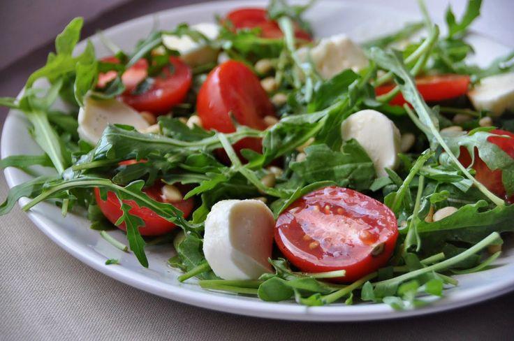 Салат руккола с базиликом моцарелла