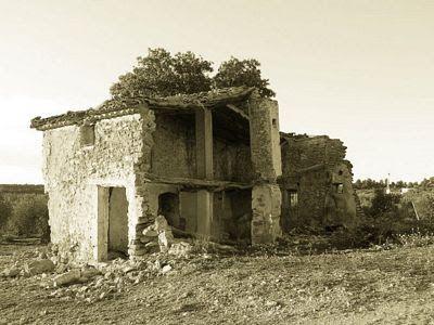 LA CORNUDILLA: El pueblo fantasma de la casa del ruido    Los cerca de cuarenta habitantes del pueblo de la Cornudilla, Requena (Valencia- ESPAÑA), abandonaron sus casas en los años 50 a consecuencia de una sucesión de fenómenos extraños que acontecían en las viviendas y que acabaron por aterrorizar a los vecinos.