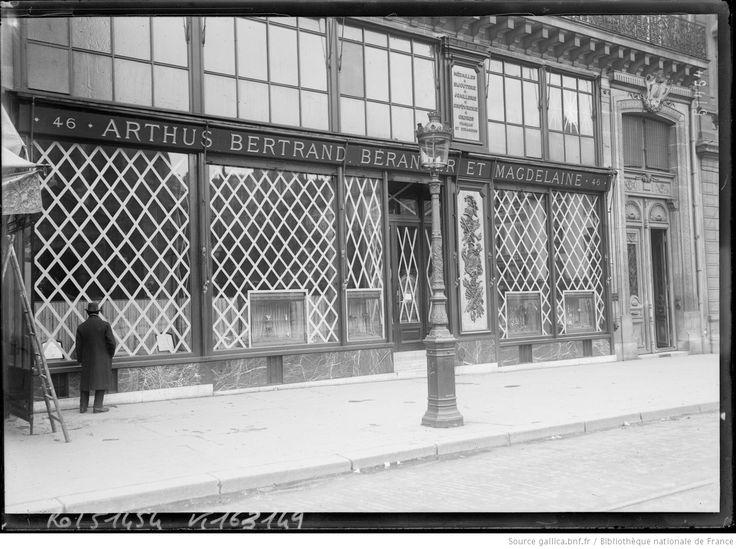 Paris en tenue de bombardement [protection du magasin Arthus Bertrand, Béranger et Magdelaine, rue de Rennes, 6e arrondissement] : [photographie de presse] / [Agence Rol]