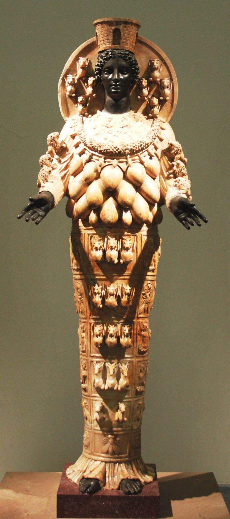 """Artemide Efesia risalente al II secolo d.C. La statua rappresenta l'immagine cultuale presente nel tempio di Artemide a Efeso. Originariamente l'immagine cultuale era in ebano, ricoperta di vesti preziose e gioielli. Le numerose """"mammelle"""" in verità stavano a simboleggiare i tori sacrificati alla dea. È conservata presso il Museo archeologico nazionale di Napoli."""