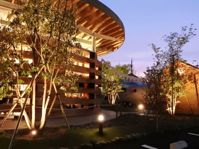 思わず立ち寄ってみたくなる外観。日中とは違った装いでお客様をお出迎え。 #lightingmeister #gardenlighting #outdoorlighting #exterior #garden #light #pinterest #park #American #casual #shop #lighting #公園 #アメリカン #カジュアル #店 #照明