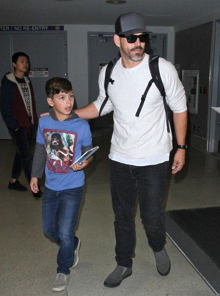 Eddie Cibrian Photos Photos - Singer LeAnn Rimes was spotted touching down with her husband Eddie Cibrian and his two boys Mason and Jake at LAX in Los Angeles, California on December 19, 2016. - LeAnn Rimes Touches Down At LAX With Her Family