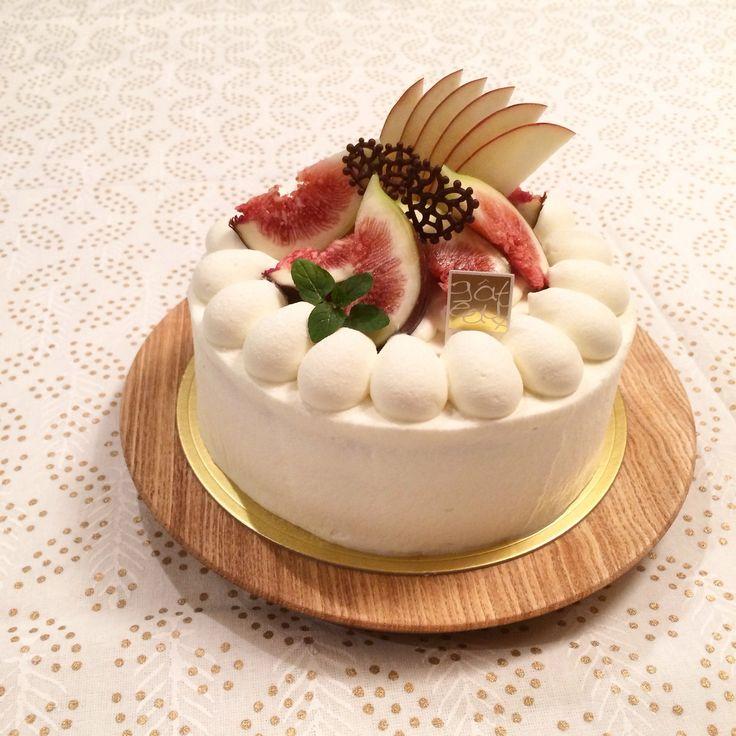 Fig Shortcake with Cocoa base sponge   イチジクのショートケーキ。スポンジはココア生地にしました。 大好きなイチジクの時期もそろそろ終わり。苺の無い季節も、イチジクや葡萄で秋の雰囲気は少し大人っぽくて好きです。 そういえば、夏休みにハワイで、小ぶりの黒イチジクを見かけました。確か、日本のイチジクより焼き菓子に向いていると本で読んだ記憶が。同じフルーツでもその土地の物を使うと、違った美味しさになるから面白い◡̈