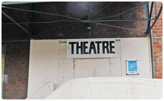 LA SALLE JACQUES BREL - PANTIN -D'une capacité d'accueil allant de 230 à 400 places, la salle Jacques-Brel est une structure municipale proposant une programmation diversifiée de qualité (concerts, pièces de théâtre, one-man et one-woman-show…). Par ailleurs, elle accueille de nombreux festivals autour des arts de la marionnette, de la danse contemporaine et du jazz. Un grand bar et une salle principale structurent l'établissement, spécialeme