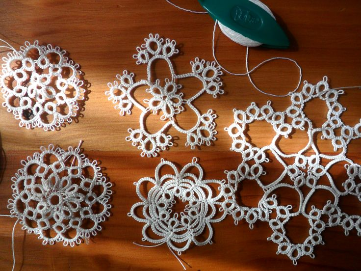 Me inspiré para esta navidad y tejí copitos de nieve! With inspiration were born these snowflakes!  tatting