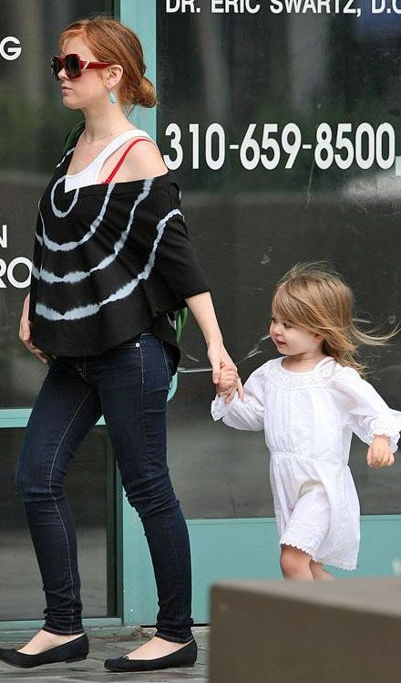 Hot Mama Style: Isla Fisher's Tie-Dye Top and Skinny Jeans