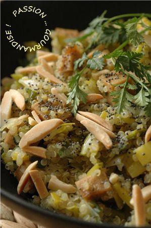 Poelée de quinoa, poireaux, tofu fumé, amandes et graines de pavot