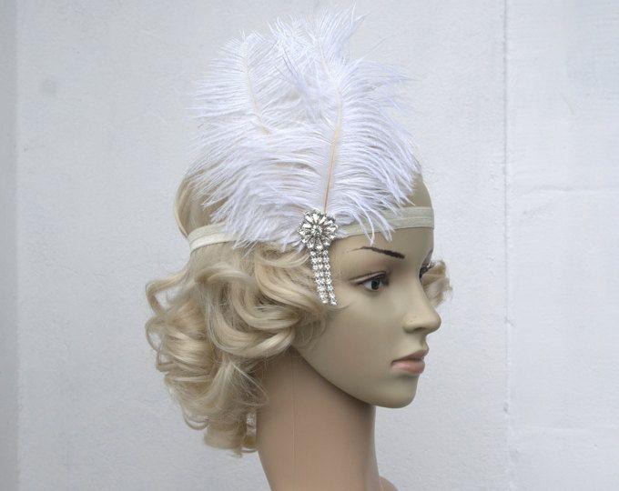 Prachtige Vintage Style flapper hoofdband. Perfect voor een vintage geïnspireerd bruid, 1920s bruiloft of feest van de Great Gatsby.  Mooie prachtige rustieke haar stuk - Vintage geïnspireerd - stijlvol met moderne uitstraling!  Gemaakt van: -hight sparke Strass hoofdband -een spray van Struisvogel veren en hand curles peacock oog -verfraaid met fonkelende Strass broche van het Art Deco en strass bungelen drop  Kan gedragen worden met veren aan de rechterkant van het hoofd, bindt op met…