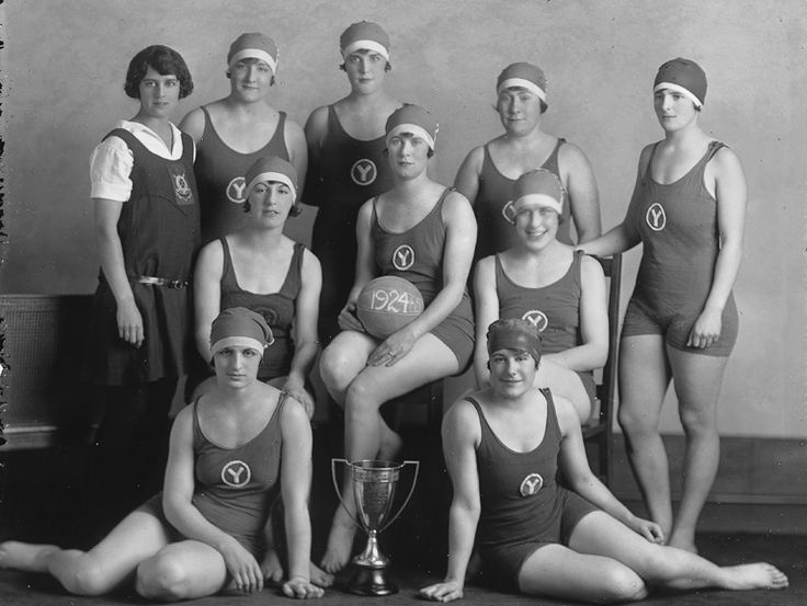 Y. W. C. A. Water Polo Team, Montreal, QC, 1925. Musée McCord, II-263541