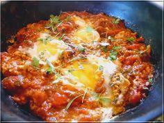 Recetas por puntos: RECETAS POR PUNTOS DE HUEVOS RANCHEROS EN SALSA DE TOMATE: 8 huevos (16 PUNTOS) 3 cebollas grandes (0 PUNTOS) 2 pimientos rojos grandes (0 PUNTOS) 2 dientes de ajo (0 PUNTOS) 6 tomates maduros grandes (0 PUNTOS) 2 cdtas. de azúcar moreno (2 PUNTOS) 2 hojas de laurel (0 PUNTOS) 2 cdtas. de perejil picado (0 PUNTOS) 1/2 cda. de comino (0 PUNTOS) 1 pizca de azafrán o colorante (0 PUNTOS) 1/2 cda. de tomillo (0 PUNTOS) 2 cayenas enteras (0 PUNTOS) 3