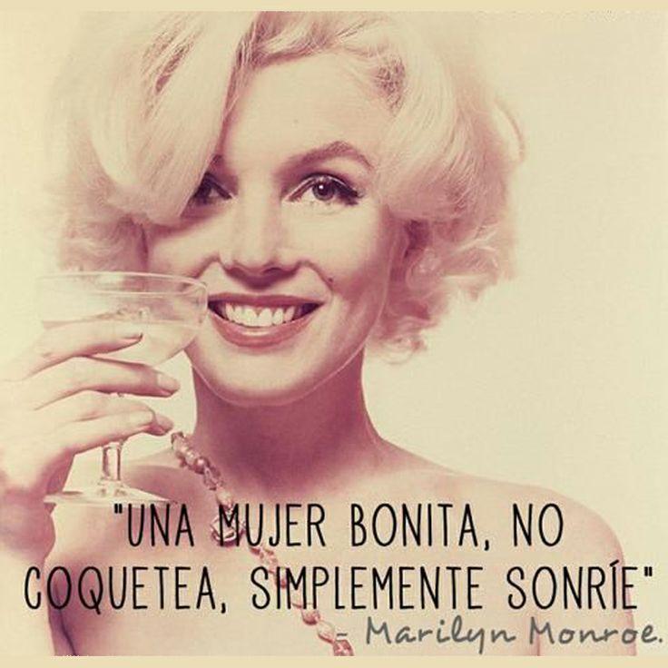 """""""Una mujer bonita, no coquetea, simplemente sonríe."""" Marilyn Monroe #mujer #frases #lifestyle"""