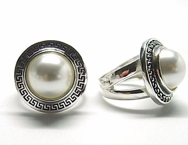 Anillo de plata de primera ley con media perla sobre círculo con greca en efecto oxy
