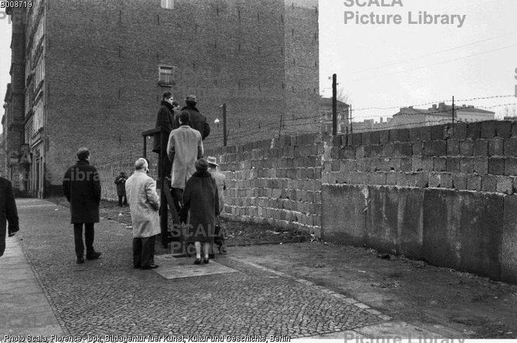 a1968 1962 Blick über die Mauer in der Bernauer Straße. 1962 F: Bernard Larsson