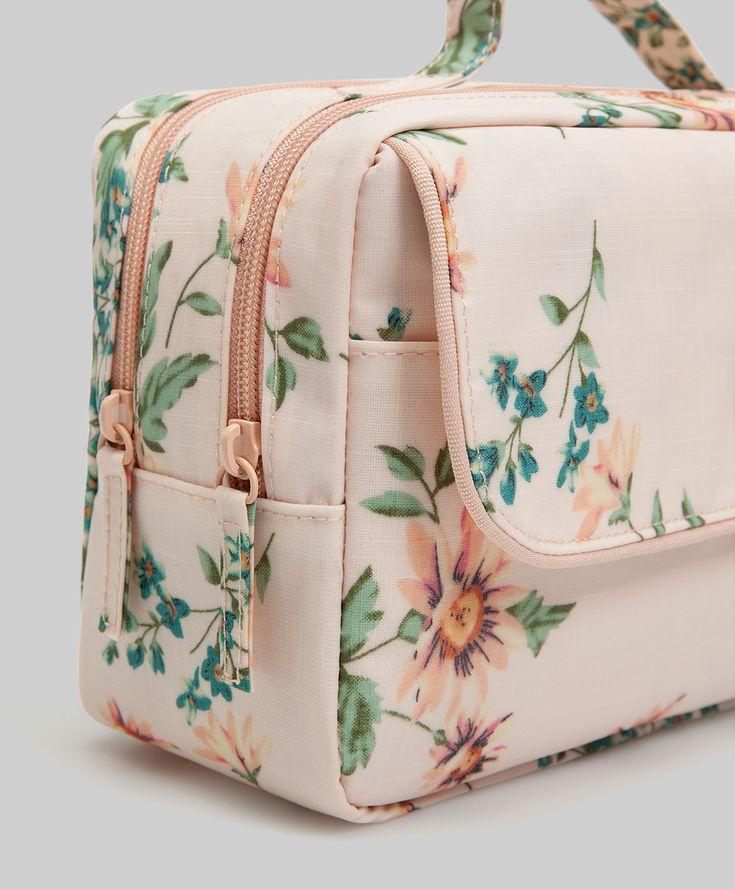 Trousse fleurs, 25.99€ - Grande trousse crème à fleurs. Compartiments indépendants à l'intérieur. Dimensions 26 x 12 x 16cm - Collection Automne-Hiver 2017chez OYSHO online.