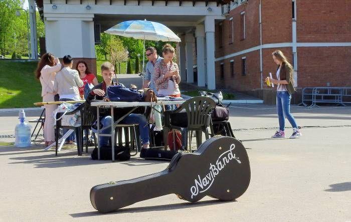 Утром 23 мая возле Летнего амфитеатра была замечена известная белорусская команда «NaviBand». Если судить по серьезной работе съемочной группы, то готовится что-то грандиозное. В массовке были заняты ребята из музыкального колледжа. Как мы смогли выяснить, интрига б