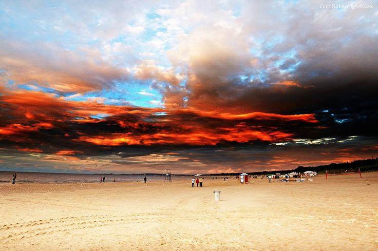"""Magiczny zachód słońca, mieniący się od czerwieni po fiolet, uwiecznił w Świnoujściu Palmer62. """"Takie zachody słońca tylko na świnoujskiej plaży""""..."""