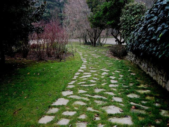 Sistemazione esterna casa di campagna - Vialetto d'ingresso - Maria Teresa Azzola Designer - Sommi Zandobbio (BG) 2001-2002