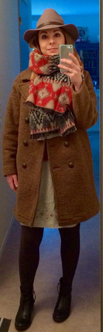 Manteau Mango Châle Camaïeu Jupe et boots Naf Naf Chapeau en laine H&M