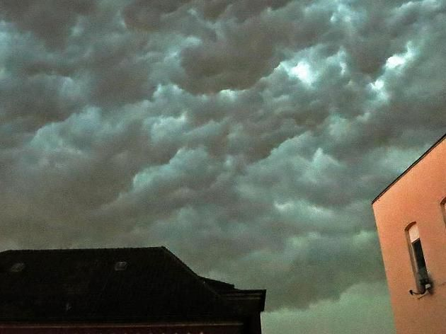 """Am Abend braute sich das Gewitter zusammen - wie hier über Köln. Sturm, Gewitter und Starkregen: Kölner melden """"Weltuntergang"""" http://www.focus.de/panorama/wetter-aktuell/wetter-aktuell-sturm-gewitter-und-starkregen-koelner-melden-weltuntergang_id_4404833.html"""