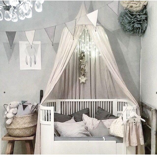 Fin sänghimmel, väggfärg och vimplar