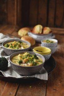 Cremige Brokkoli-Suppe mit Cheddar und Mohrrüben. Das perfekte Winteressen an kalten Tagen.
