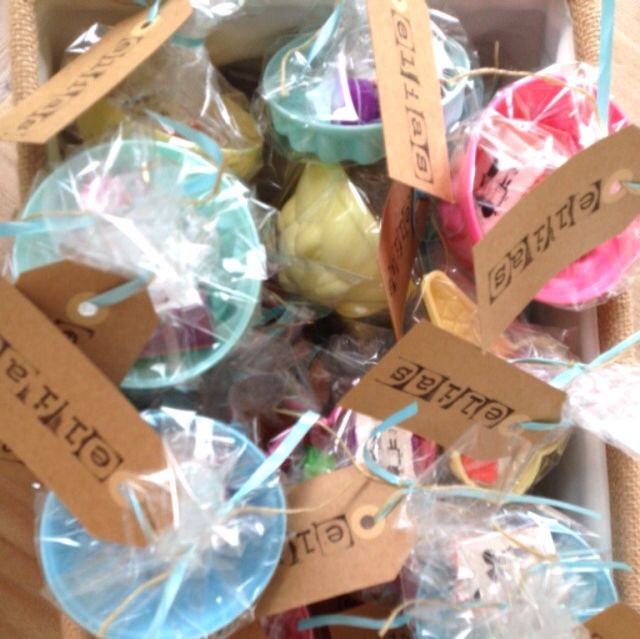 Afscheid kinderdagverblijf: vormpjes voor de zandbak gevuld met een doosje rozijntjes en een leuk stempeltje van de Hema. Inpakken met folie en met letter stempeltjes de naam van je kindje op een kaartje eraan hangen! Lowbudget en easy!