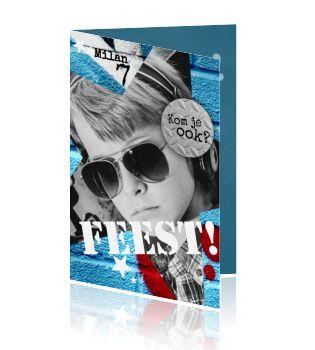 Cool design van een uitnodiging voor een kinderfeestje van een jongen. Met blauw rode graffiti. Maak de blits met deze coole verjaardagskaart uitnodiging. Ontwerp deze kaart met eigen foto voor een jongen, mooie blauwe tinten achtergrond.