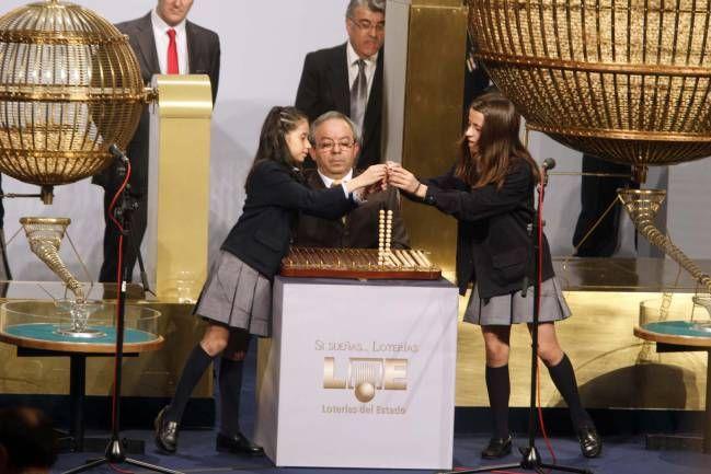 ¿Por qué los niños del Colegio de San Ildefonso Madrid son los que cantan la lotería? - http://www.elclamor.com/por-que-los-ninos-del-colegio-de-san-ildefonso-madrid-son-los-que-cantan-la-loteria/