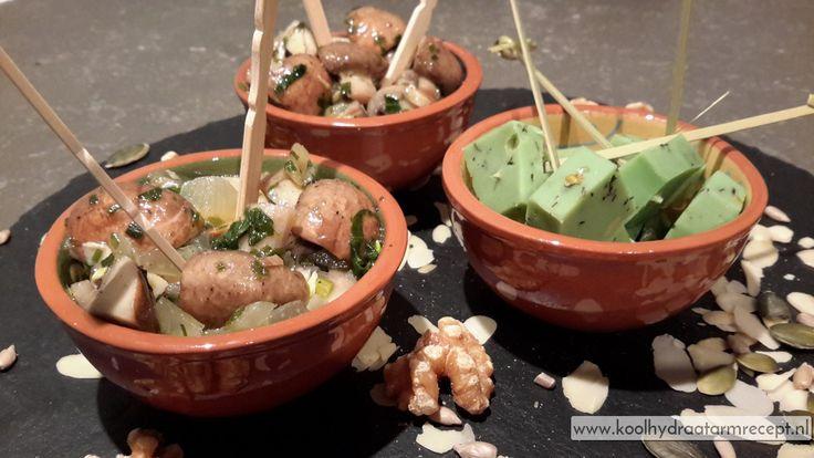 Een heel erg lekkere koude snack voor bij de borrel of geef deze gemarineerde champignons met oopsies of courgettebrood als voorafje.