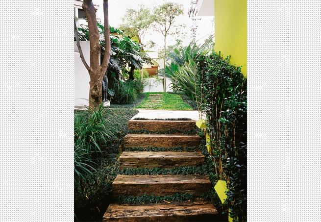 escadas externas jardim : escadas externas jardim:Como fica em área sombreada, a escada de dormentes recebeu grama