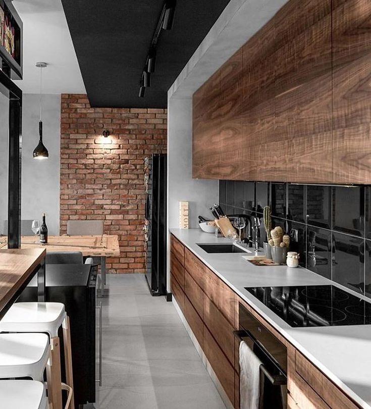 Superbe cuisine bois-carreaux nours et mur brique.