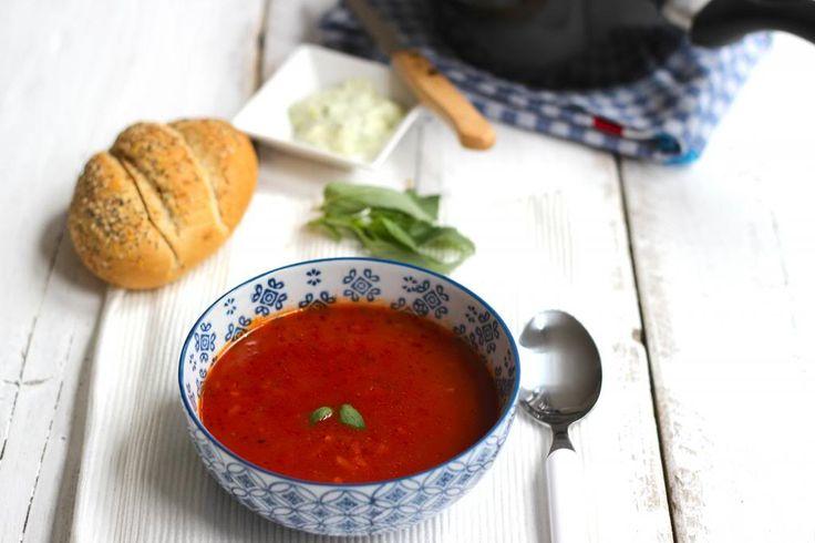 Heb je weinig tijd of zin om te koken dan is deze snelle tomatensoep een aanrader. Binnen 15 minuten heb je een lekker tomatensoepje op tafel staan.