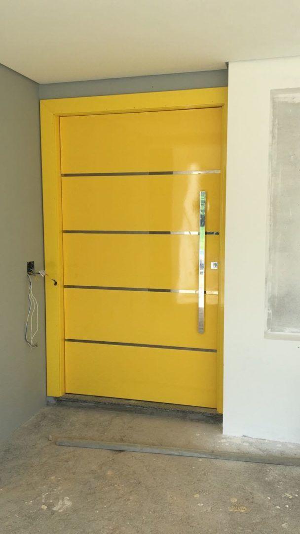 Porta pivotante com pintura de laca P.U amarelo brilhante (Sayerlack) - Ecoville Portas Especiais