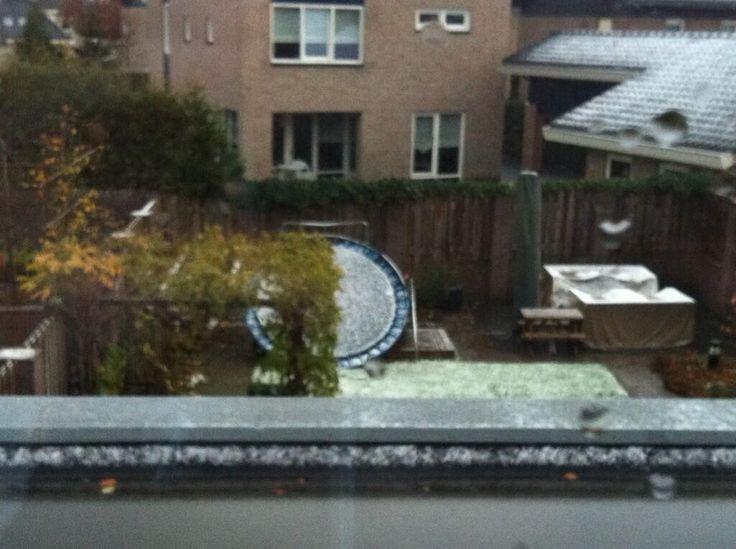 Sint heeft blijkbaar toch een trampoline gebracht. Verwarrend voor de kids aangezien deze toch echt van de buren is