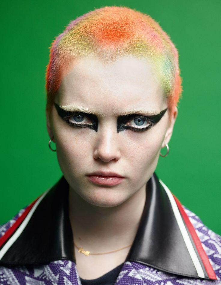 Ruth porte un manteau Miu Miu. T-shirt et boucles d'oreilles de la styliste. Collier personnel de la mannequin. Photo par Mario Sorrenti