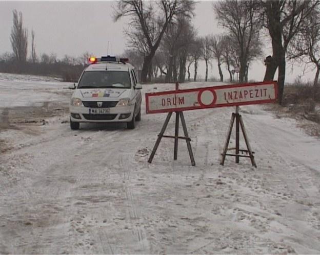 4 porţiuni de drumuri naţionale au fost închise în judeţul Galaţi din cauza ninsorilor abundente și a viscolului. Copiii de la 25 de şcoli nu merg la cursuri.    Codul portocaliu de viscol şi ninsoare a lovit judeţul Galaţi încă de la primele ore ale dimineţii.