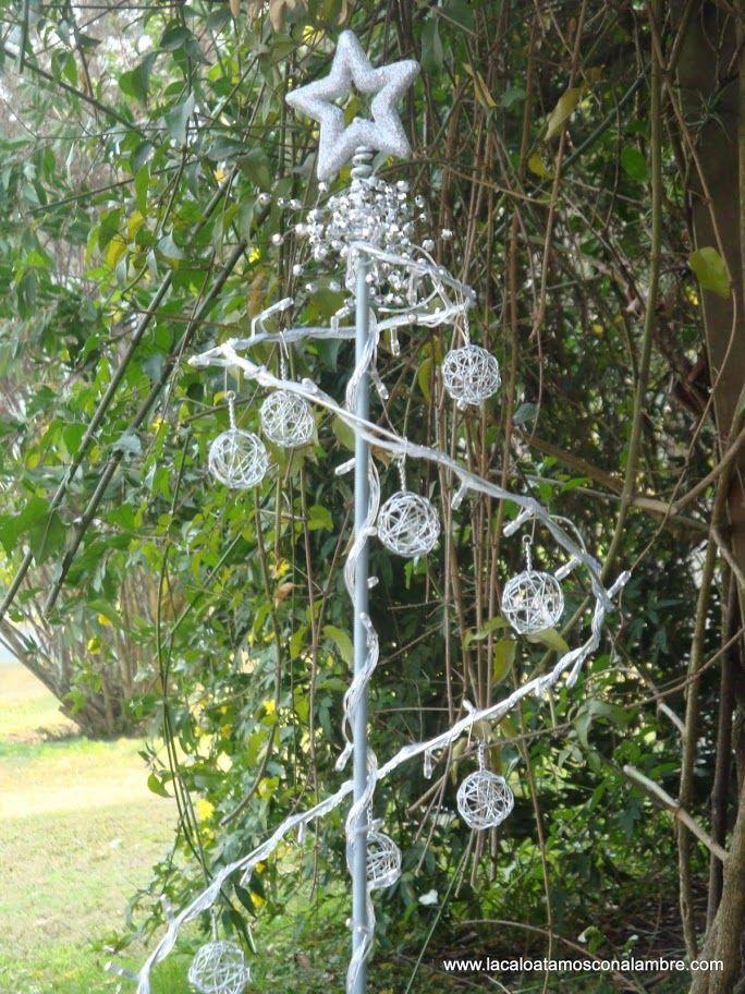 Detalle de arbol navideño casero realizado con alambre y con luces solares que se prenden automaticamente durante la noche.