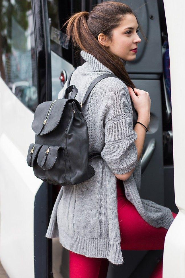 The Black Backpack Μάυρο σακίδιο με εξωτερικά τσεπάκια και διακοσμητικά φερμουάρ. Περιέχει εσωτερικές θήκες. 19,90 €