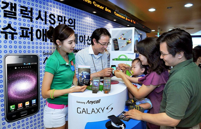 In an effort to promote Samsung Galaxy S and to help users learn how to best use the company's flagship smartphone, Samsung held 'Galaxy Academy' on July 2nd.    At the event held at Samsung D'light, the company's exhibition hall, smartphone technician