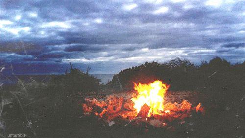 Uma fogueira sob um céu nublado. | 32 coisas que farão você se sentir aquecido e confortável