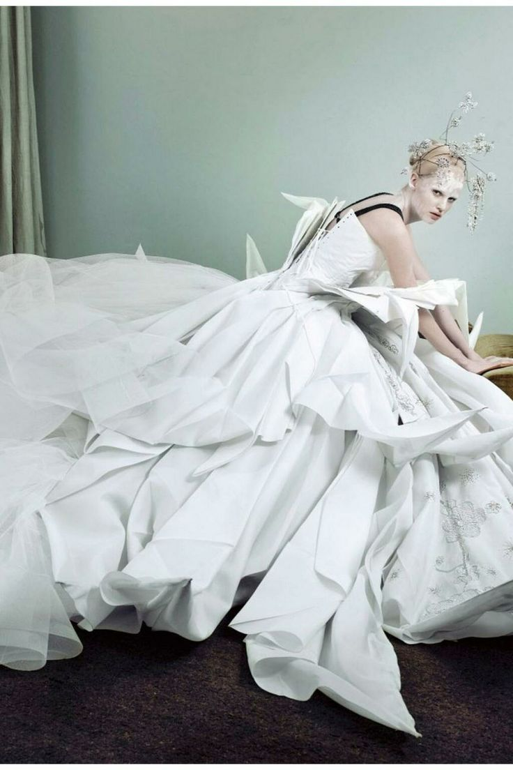 wedding dress inspiration - Dior Haute couture  Lara Stone, Vogue, Photo Mario Testino