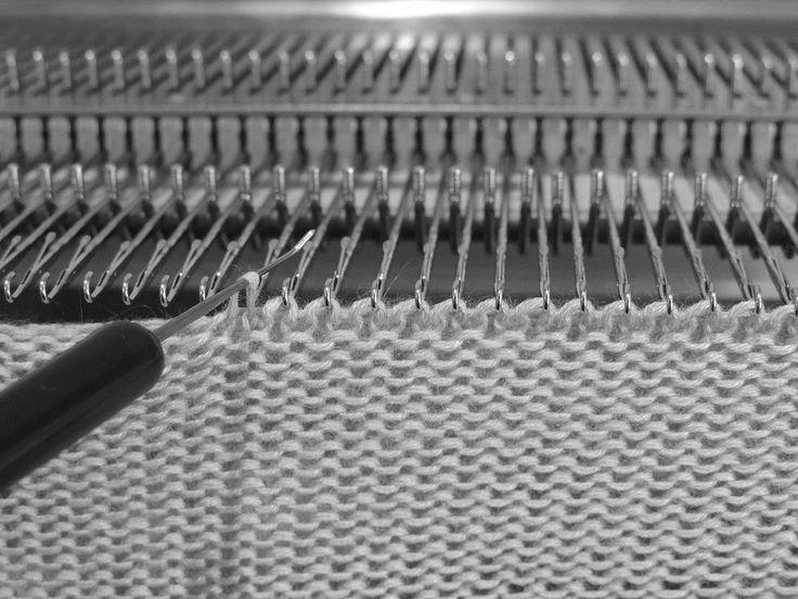 Иногда хочется обработать горловинку как-то не стандартно, не классической кеттлевкой. Представляю небольшой мастер-класс по обработке горловинки. Изделие было связано из пряжи кашемир/шелк Dream в 4 сложения. 2660 м 100 г. Основная PL 5, для красивой косички PL 8 и избежания утолщения шва, убрала 2 сложения. Плотность для косички нужно на образце подобрать свою, ведь каждая машина индивидуальна.