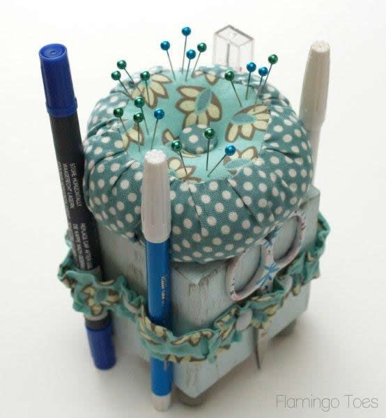 Pincushion/sewing caddy how-to!Sewing Room, Wood Block, Tools Caddy, Sewing Box, Pin Cushions, Sewing Tools, Pincushions, Flamingos Toes, Wooden Block